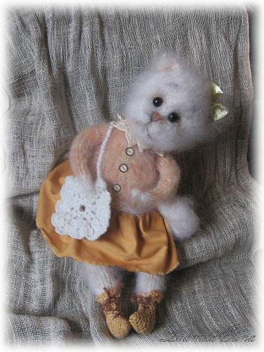 вязаная белая кошечка,вязаные игрушки,handmade toys by ludmila elina,антистрессовая игрушка,продажа вязаных игрушек