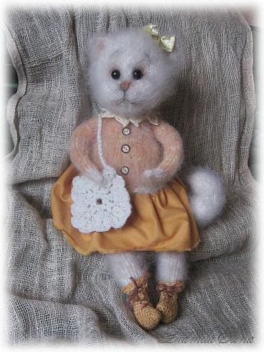 вязаная белая кошечка, пушистый символ года кота по гороскопу, handmade toys by ludmila elina, художественная коллекционная вязаная игрушка, эксклюзивная вязаная игрушка, антистрессовая вязаная игрушка, ручная работа, мягкая вязаная игрушка, романтические игрушки, мягкие подарки для любимой любимого, купить вязаную игрушку,галерея-продажа вязаных игрушек,автор Елина Людмила